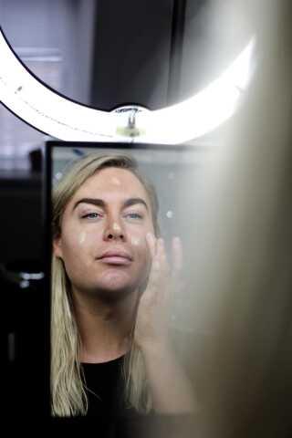 - Jeg bruger mest makeup for at fremhæve noget. Det kunne for eksempel være at få højere kindben, der giver et lidt smallere ansigt, eller for at fremhæve brynene. Det, jeg gerne vil opnå, er en større forståelse for, at der findes mange forskellige nuancer. Alle, der har lyst, kan bruge makeup. De mænd, der har lyst til det, skal bare gøre det. Der står jo ikke på produktet 'only for girls' eller 'you are gonna turn into a girl, if you use this product'. Mit håb er, at det bliver normalt, at alle bruger det. Man skal ikke ændre sig selv, fordi andre ikke forstår det.