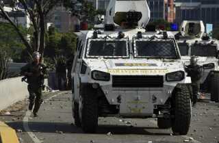 Sikkerhedsstyrkerne i Venezuela slog hårdt ned ved gadekampe i går, hvor demonstranter blandt andet blev påkørt af pansrede køretøjer.