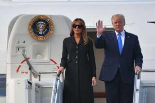 Præsident Donald Trump og førstedame Melania Trump foran Air Force One.