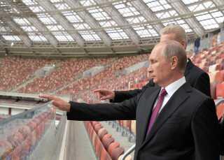 Præsident Putin inspicerer Luzhniki Stadion, hvor Rusland i dag spiller åbningskamp ved VM mod Saudiarabien.