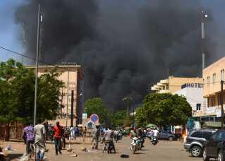 Sort røg over Burkina Fasos hovedstad Ouagadougou.