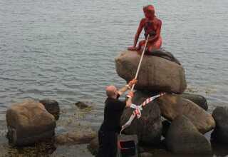 Rengøringen af Den Lille Havfrue er allerede i fuld gang, efter en eller flere ukendte gerningsmænd har overhældt statuen med rød maling.