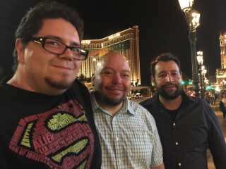 Chris Clay (t.v.) er i Las Vegas sammen med sin bror og en ven.