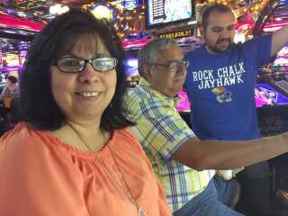 Rosie Mendoza og familien prøver lykken på de énarmede tyveknægte.
