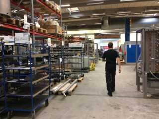 Markus Grigo viser rundt på arbejdspladsen i Farum.