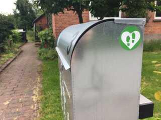 På Ditte Brofeldes postkasse er der med et klistermærke markeret, at hun er en del af 'Brug min baghave'.