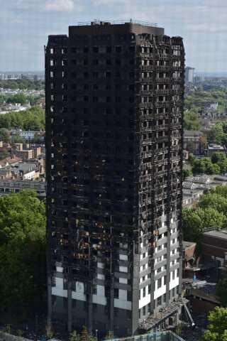 Det 24-etager høje Grenfell Tower udbrændte totalt, da en fejl i et køleskab antændte isoleringen / AFP PHOTO / CHRIS RATCLIFFE