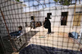 En tunesisk kvinde, der var gift med en IS-kriger, vasker gulv i en flygtningelejr i Syrien i 2017.