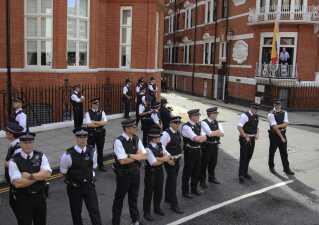 Britisk politi bevogter ambassaden i døgndrift, efter Julian Assange får tilkendt politisk asyl. Billedet her er taget i august 2012, mens Assange (th.) opfordrer den amerikanske præsident, Barack Obama, til at afslutte 'heksejagten' mod whistleblower-hjemmesiden WikiLeaks.