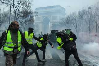 Demonstranter ved Triumfbuen i Paris.