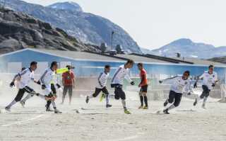 Fodbold i Grønland er blevet spillet på grus, som her ved mesterskabet i 2014. Men det skal være slut nu.