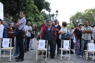 Venezuelanere venter på at komme til at afgive deres stemme i hovedstaden Caracas.