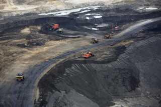 Store maskiner flytter tjæresand i Alberta Canada.