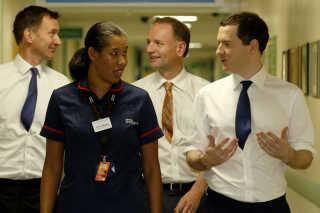 Jeremy Hunt (til venstre) på Homerton Universitetshospital i London i 2014.