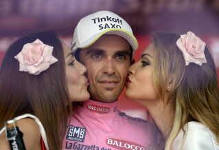 Det italienske cykelløb Giro d'Italia dropper indtil videre ikke podiepigerne. På billedet ses den spanske cykelrytter Alberto Contador.