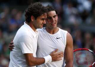 Roger Federer omfavner Rafael Nadal efter spanierens Wimbledon-sejr i 2008. Foto: REUTERS