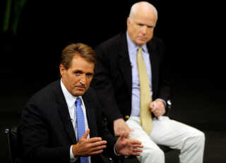 De to republikanske senatorer fra Arizona, Jeff Flake (forrest) og John McCain har kritiseret præsidenten for hans angreb mod medierne.