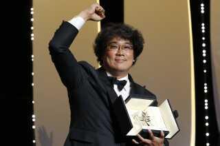 Sydkoreanske Bong Joon-ho står her med Guldpalmen i Cannes her til aften.