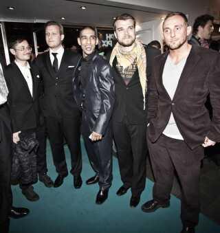 En glad og meget ung Dulfi Al-Jabouri (i midten) til premiere på sin debutfilm 'R' i 2010. I dag arbejder de fem venner stadig sammen på kryds og tværs. Fra højre ses Roland Møller, Pilou Asbæk, Dulfi Al-Jabouri og instruktørerne Tobias Lindholm og Michael Noer.