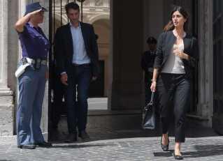 Roms borgmester Virginia Raggi fra Femstjernebevægelsen forlader Palazzo Chigi efter et møde med Italiens premierminister.