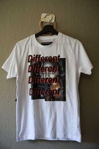 Amie har designet sin egen T-shirt. Trøjen symboliserer, at det er okay, at være anderledes, og at ingen skal være alene.