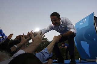 Lederen af det konservative oppositionsparti, Kyriakos Mitsotakis, hilser på sine vælgere i Athen.