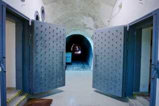 Hver af de to døre, der fører ind til bunkeren, vejer 2,5 ton. De skal som resten af anlægget kunne modstå en atomeksplosion.