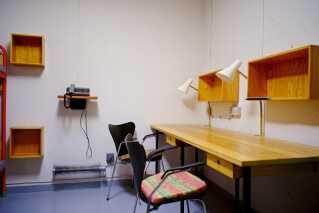 Bunkeren er indrettet i midten af 1960'erne, hvor Arne Jacobsens møbler var nye og endnu ikke blevet klassikere. Puderne? De kom til i 1980'erne.