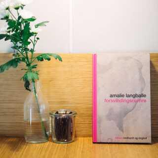 Omslaget til bogen har Amalie Langballe været med til at udvikle sammen med forlaget, grafikerne og fotografen Mathias Løvgreen Bojesen, som også er en god ven. - Vi var alle sammen enige om, at det var svært at ramme den balance mellem fest og sorg, som er i bogen.