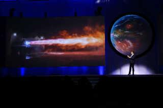 Elon Musk, manden bag SpaceX og luksuselbilerne Tesla, er en driftig mand. Her fortæller han på rumfartskonferencen International Astronautical Congress i Mexico om planerne for rejser ud i solsystemet.