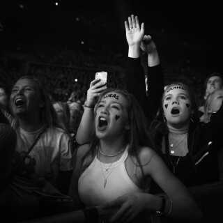 Der var fuld fart på den gode stemning under Lukas Grahams første koncert i Royal Arena. Her ses glade fans på forreste række.