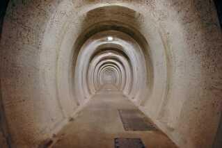 Den 300 meter lange gang, der går fra indgangsporten og ned til selve bunkeren, er gravet ind i kridtlagene i en bakke og stiger med en meter, så der ikke er fare for oversvømmelse.