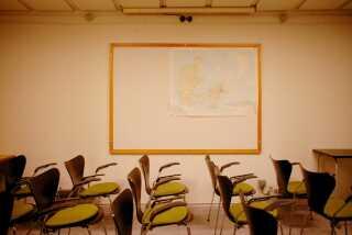 Der er mødelokaler, hvor regeringen kunne briefe medarbejderne under en krise.