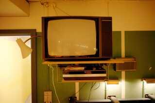 TV med billedrør. Og en VHS-maskine. Også teknologisk er Regan Vest en tidslomme.