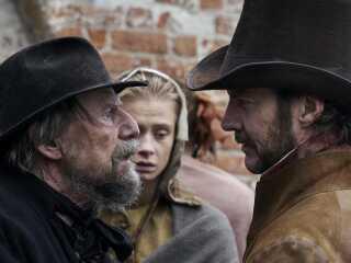 Jesper Christensen får fint modspil af Clara Rosager, der spiller hans datter, og Magnus Krepper, der spiller godsejer.