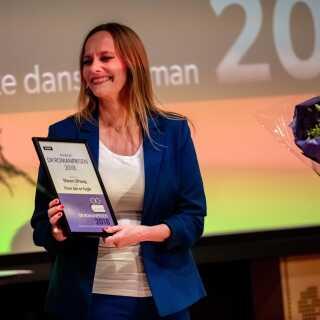 Sammen med DR Romanprisen 2018 følger 25.000 kr., som Maren Uthaug fik overrakt i Dokk1 i Aarhus.