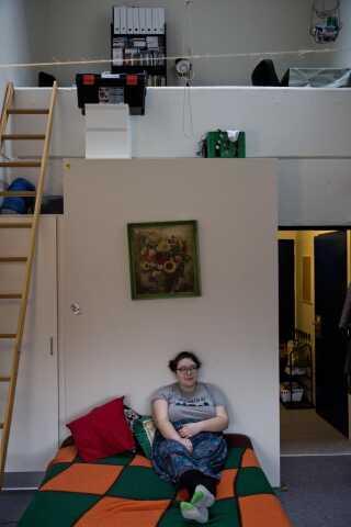 - Da jeg fik tilbudt boligen, spurgte jeg nogle tidligere hjemløse venner, hvordan man skaber et hjem. De sagde, at det vigtigste var at få hængt nogle billeder op på væggen og at fylde køleskabet. Det er altafgørende, at det bliver et sted, du har lyst til at være.