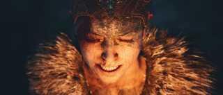 Ved at zoome meget tæt ind og kigge ned på karakteren fik billedet en klaustrofobisk stemning, der matchede hendes følelser i den spilscene, billedet stammer fra. (Spil: Hellblade: Senua's Sacrifice)