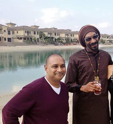 Her ses mistænkte ved siden af rapperen Snoop Dogg.