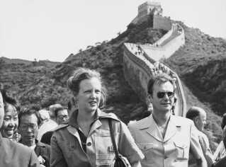 Prins Henrik er med dronningen på den Kinesiske Mur i forbindelse med et officielt besøg i 1979.