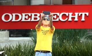 En demonstrant tager en selfie foran Brasiliens største byggefirma Odebrecht, som også er blandet ind i korruptionsskandalen.