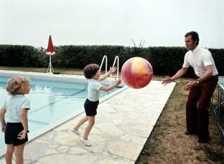 Kronprins Frederik og prins Henrik spiller bold med badebolden mens prins Joachim ser til, under en ferie på regentfamiliens slot Caix engang i 1970'erne.