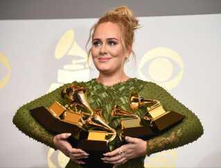 En tilfreds Adele med alle sine Grammy'er, blandt andet for årets album og årets sang.