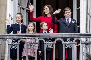 Kronprinsparrets firkløver, prinsesse Josephine, prinsesse Isabella, prins Vincent og prins Christian på balkonen med deres mor, kronprinsesse Mary, til dronningens fødselsdag i år. (Foto: Mads Claus Rasmussen/Ritzau Scanpix)