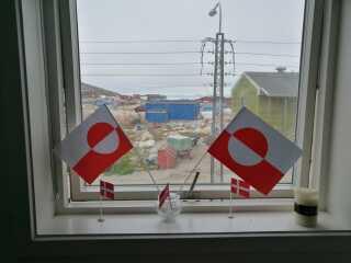 En hilsen fra Grønland, hvor Michael og Thomas har pyntet op med det grønlandske og danske flag i Ilulissat.
