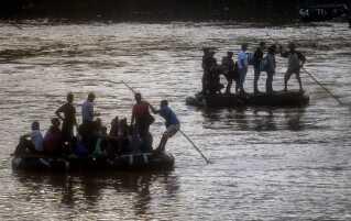 Desperate migranter gør alt, hvad de kan for at komme fra Mellemamerika til Mexico og videre til den amerikanske grænse. Her ses nogle af dem krydse floden Suchiate, der løber mellem byen Tecun Uman i Guatemala og Ciudad Hidalgo i Mexico.