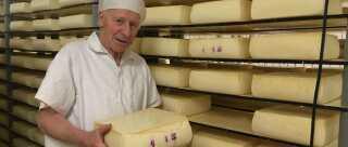 86-årige Poul flytter flere ton ost hver dag.