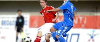 Christian Eriksen fik debut på U17-landsholdet allerede som 15-årig. Her ses han i en kamp med Grækenland i Athen.