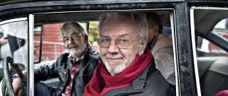 Morten Grunwald og skuespiller-kollegaerne Henning Sprogø og Jes Holtsøe var for nylig ude at køre i Olsen Bandens gamle bil, som er blevet gjort i stand igen.