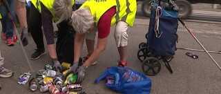 Hver tirsdag går kvinderne her, der kalder sig Rappenskralderne, rundt i Svendborg for at samle affald op. De finder også dåser - og langt størstedelen er pantfrie dåser fra grænsehandlen, fortæller de.